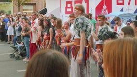 Il gruppo di ballerini della rottura in costumi del cavernicolo applaude durante la manifestazione di ballo archivi video