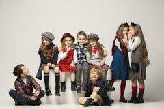 Il gruppo di bei ragazze e ragazzi su un fondo pastello Fotografie Stock