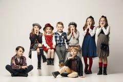 Il gruppo di bei ragazze e ragazzi su un fondo pastello Immagini Stock Libere da Diritti