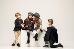 Il gruppo di bei ragazze e ragazzi su un fondo pastello Fotografia Stock Libera da Diritti