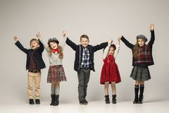 Il gruppo di bei ragazze e ragazzi su un fondo pastello Immagine Stock Libera da Diritti