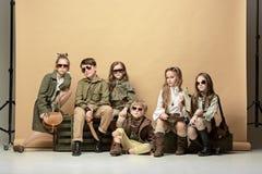 Il gruppo di bei ragazze e ragazzi su un fondo pastello Fotografia Stock