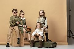Il gruppo di bei ragazze e ragazzi su un fondo pastello Fotografie Stock Libere da Diritti
