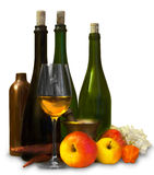 Il gruppo di bottiglie con i frutti e riflette Immagine Stock