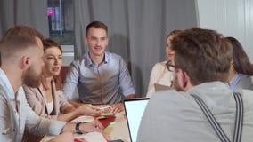 Il gruppo di colleghe sta incontrandosi nell'ufficio, chiacchierante allegramente archivi video
