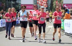 Il gruppo di corridori si è vestito nel colore rosa Fotografie Stock