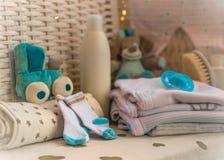 Il gruppo di cose per i pannolini del bambino, crema, capezzolo, colpisce con forza il compositi Fotografia Stock Libera da Diritti