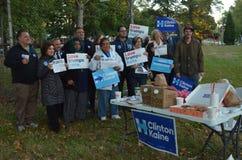 Il gruppo di elettori in anticipo nella campagna della tenuta dell'Ohio firma fotografia stock libera da diritti