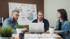 Il gruppo di gente di affari ha finito con successo il progetto che dà il livello cinque video d archivio