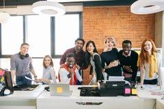 Il gruppo di gente di affari sta lavorando insieme fotografia stock