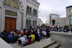 Il gruppo di gente degli uomini sta pregando la moschea esterna immagini stock libere da diritti