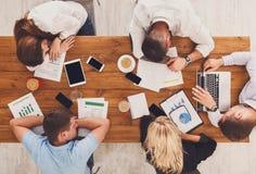 Il gruppo di gente di affari esaurita dorme in ufficio, vista superiore Immagine Stock