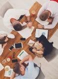 Il gruppo di gente di affari esaurita dorme in ufficio, vista superiore Fotografie Stock Libere da Diritti