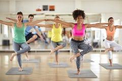 Il gruppo di gente di sport ha addestramento dell'equilibrio del corpo Fotografia Stock Libera da Diritti