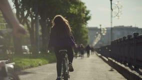 Il gruppo di gente felice attraente sulle biciclette guida video d archivio