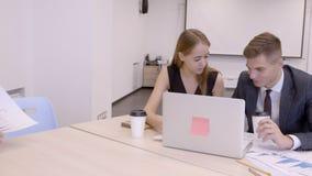 Il gruppo di giovani analisti lavora all'ufficio di gestione dei bitcoins stock footage