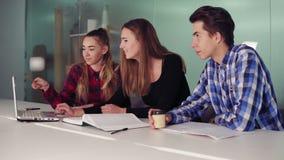 Il gruppo di giovani lavoratori creativi in un creativo inizia sull'ambiente di lavoro a tenere una riunione del progetto intorno archivi video