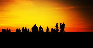 IL GRUPPO DI GIOVANI SOPRAVVIVE A THE SUN fotografia stock