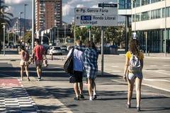 Il gruppo di giovani sta camminando lungo la via immagine stock libera da diritti