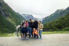 Il gruppo di giovani sta viaggiando intorno alla Norvegia Fotografia Stock