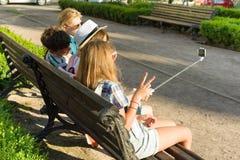 Il gruppo di gioventù sta divertendosi insieme all'aperto nel fondo urbano Vacanze estive, istruzione, concetto adolescente fotografia stock