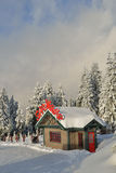Il gruppo di lavoro di Santa sulla montagna della neve Immagini Stock Libere da Diritti
