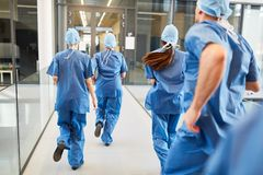 Il gruppo di medici di emergenza ? correre intenso immagini stock