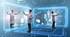 Il gruppo di medico nel concetto dell'esame di sistemi diagnostici a distanza fotografie stock libere da diritti