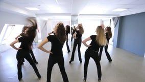 Il gruppo di modelli sta in sala da ballo che è pronta per il ballo stock footage