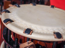 Il gruppo di musicisti giapponesi sta giocando sui tamburi di Taiko Fotografia Stock