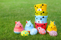 Il gruppo di orsi, coniglio Eggs il pastello nell'erba Fotografia Stock