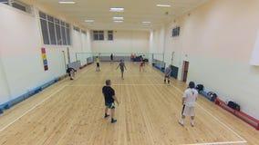 Il gruppo di pallavolo attivamente gioca nella palestra della scuola archivi video