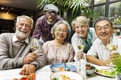 Il gruppo di pensionamento senior si trova il concetto di felicità fotografia stock