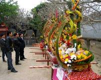 Il gruppo di persone ammira i regali, che dare il santo in traditio Fotografia Stock