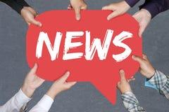 Il gruppo di persone che tengono l'annuncio di mezzi di informazione annuncia il informa Fotografia Stock