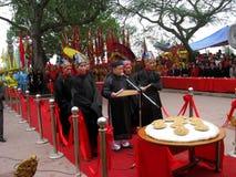 Il gruppo di persone in costume tradizionale dà i regali al santo Fotografia Stock Libera da Diritti