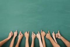 Il gruppo di persone dando pollici aumenta il gesto Fotografia Stock