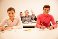 Il gruppo di persone dell'età differente che si siedono nell'aula ed assiste Fotografia Stock Libera da Diritti