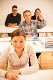 Il gruppo di persone dell'età differente che si siedono nell'aula ed assiste Fotografie Stock Libere da Diritti