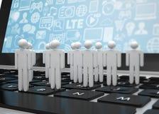 Il gruppo di persone dipende il computer portatile Immagine Stock