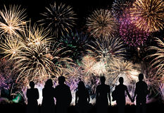 Il gruppo di persone sembra i bei fuochi d'artificio variopinti di festa immagini stock