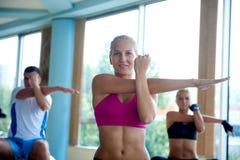 Il gruppo di persone si esercita con le palle sulla classe di yoga Fotografia Stock Libera da Diritti