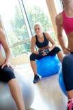 Il gruppo di persone si esercita con le palle sulla classe di yoga Fotografie Stock