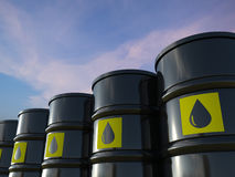 Il gruppo di petrolio greggio barrels con l'etichetta gialla Immagini Stock