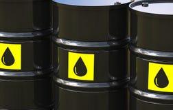 Il gruppo di petrolio greggio barrels con l'etichetta gialla Fotografie Stock Libere da Diritti
