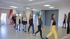 Il gruppo di ragazze si prepara in sfilata nella classe di dancing video d archivio