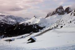 Il gruppo di Sassolungo con neve nelle dolomia italiane come visto da Passo Sella Fotografie Stock