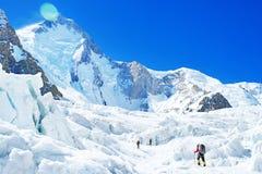 Il gruppo di scalatori raggiunge la sommità del picco di montagna Tre cli Fotografia Stock