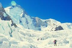 Il gruppo di scalatori raggiunge la sommità del picco di montagna Tre cli Fotografie Stock