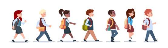 Il gruppo di scolari di camminata di corsa della miscela degli allievi ha isolato i diversi piccoli studenti primari royalty illustrazione gratis